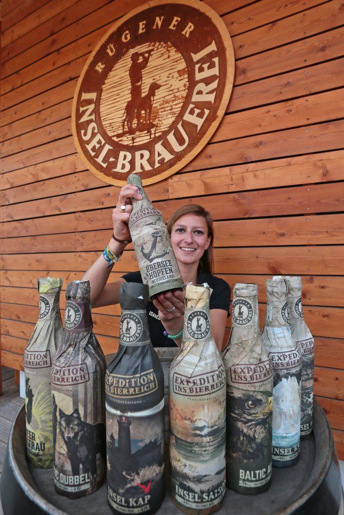 Acht auf einen Streich: Die Rügener Inselbrauerei in Rambin hat sich mit dem Überseehopfen den WM-Titel und sieben weitere Goldmedaillen in London beim Beer Award geholt. Mitarbeiterin Isabelle Scharff zeigt das weltmeisterliche `Überseehopfen-Bier.